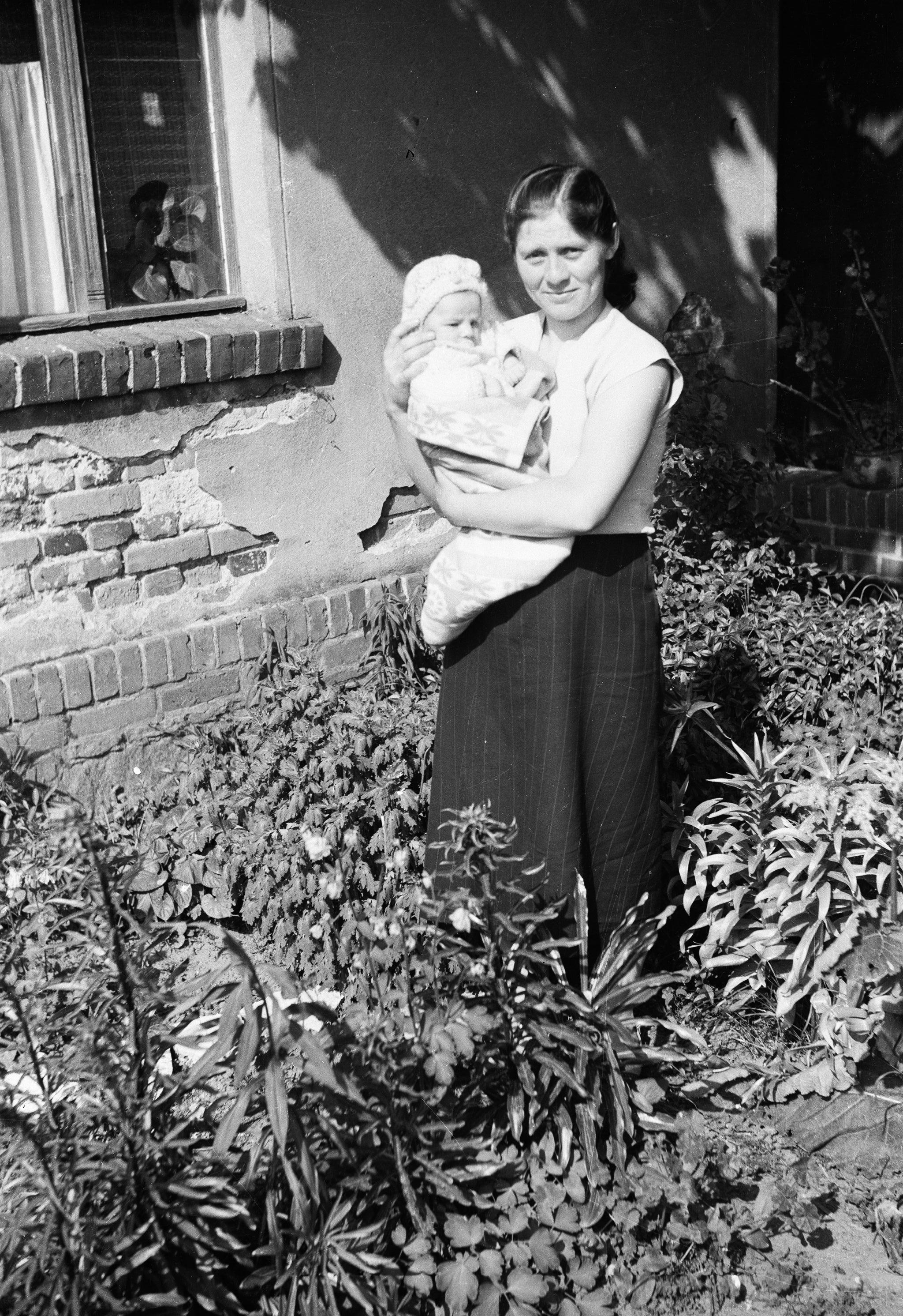 Janina Orzeł z dzieckiem, Rudawa, Dolny Śląsk, lata 50. XX w.