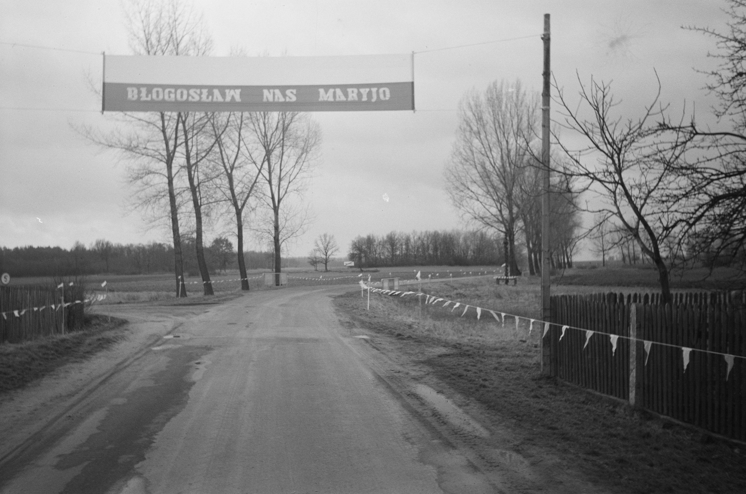 Przystrojona trasa przejazdu Nawiedzenia Obrazu Matki Boskiej Częstochowskiej, Brzózka, Dolny Śląsk, 1994 r.