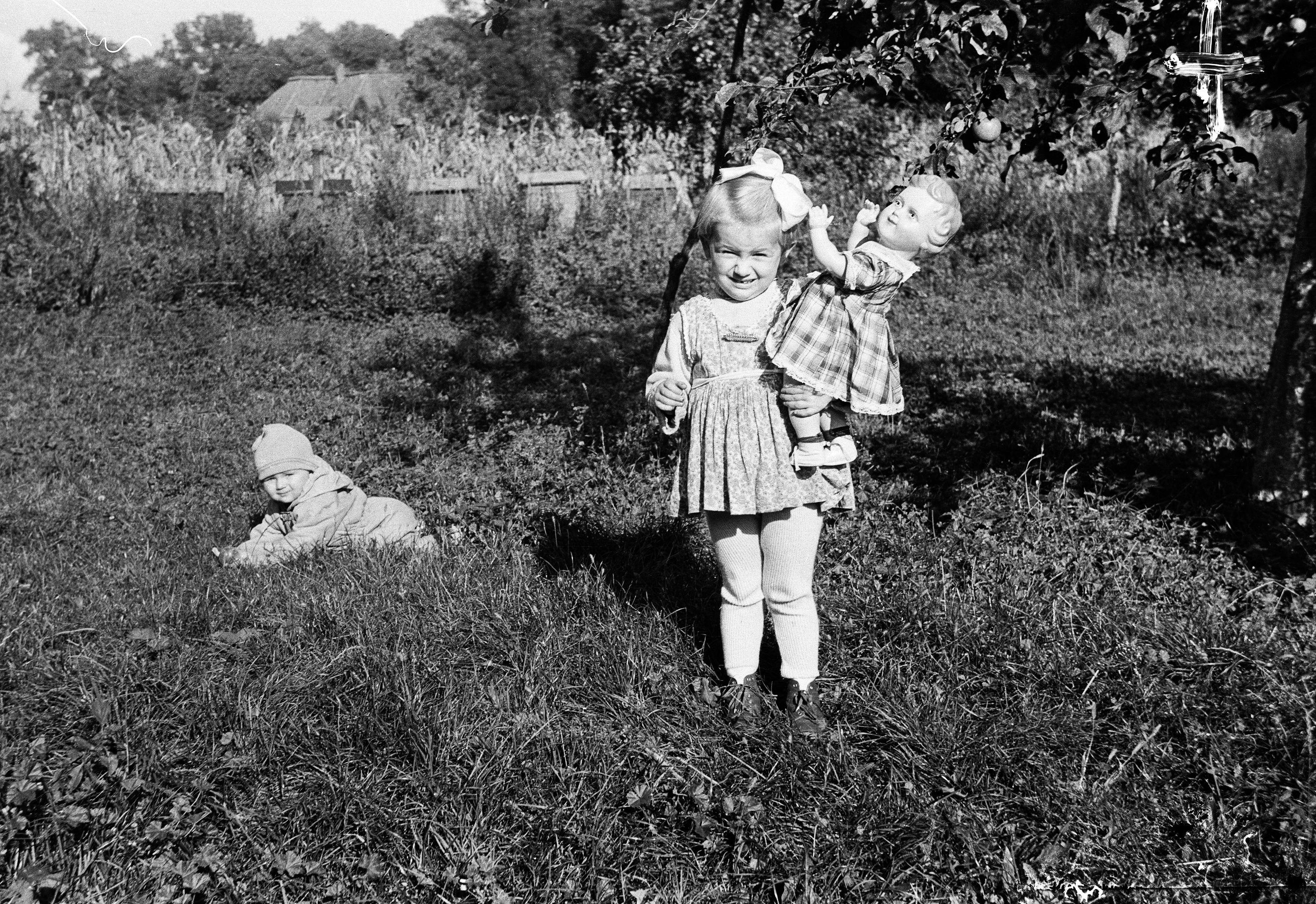 Alinka z Tereską - dzieci brata Antoniego i bratowej Marysi, Głębowice, Dolny Śląsk, lata 50. XX w.