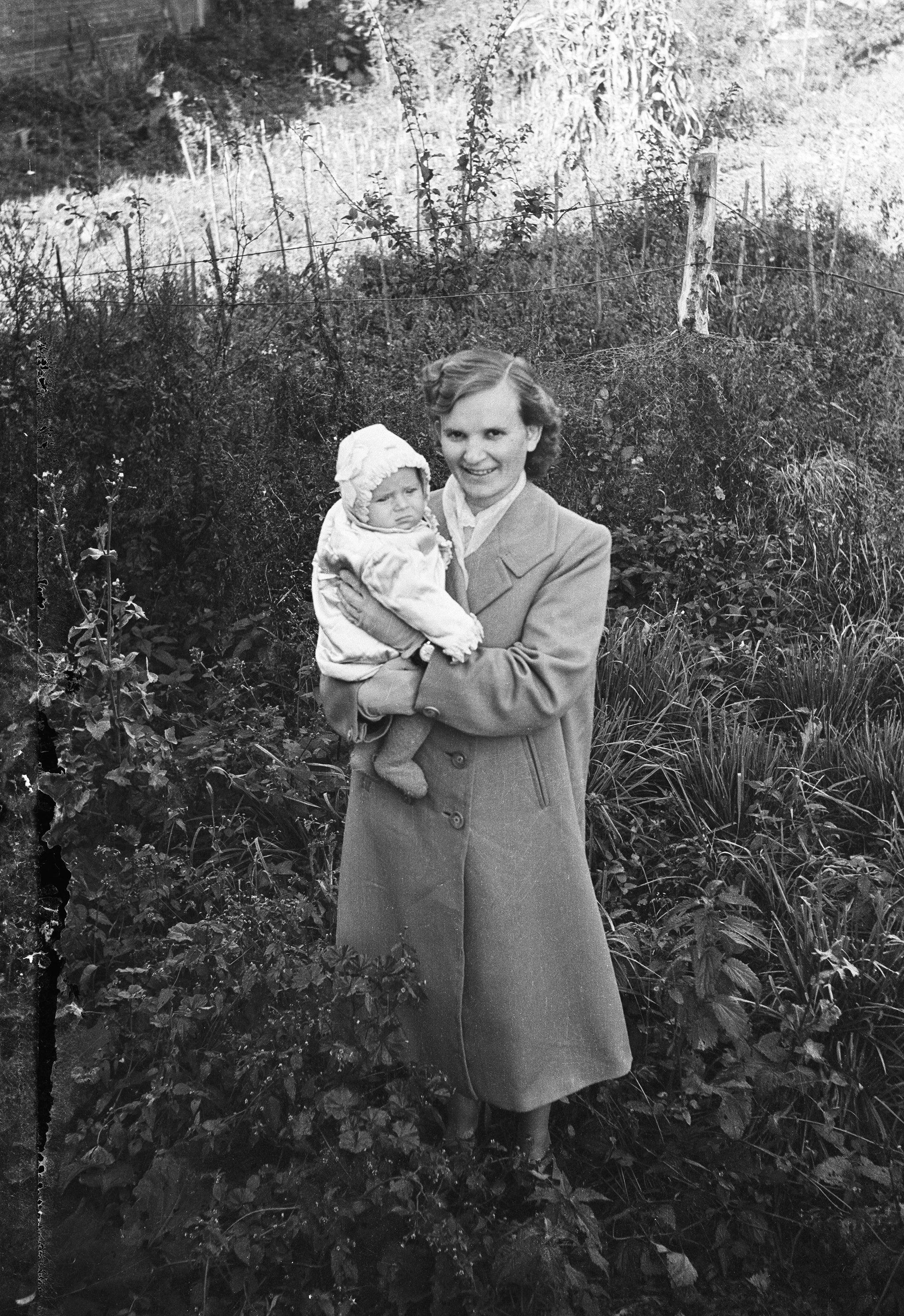 Wanda  Bajer z dzieckiem siostry, Głębowice, Dolny Śląsk, lata 50. XX w.
