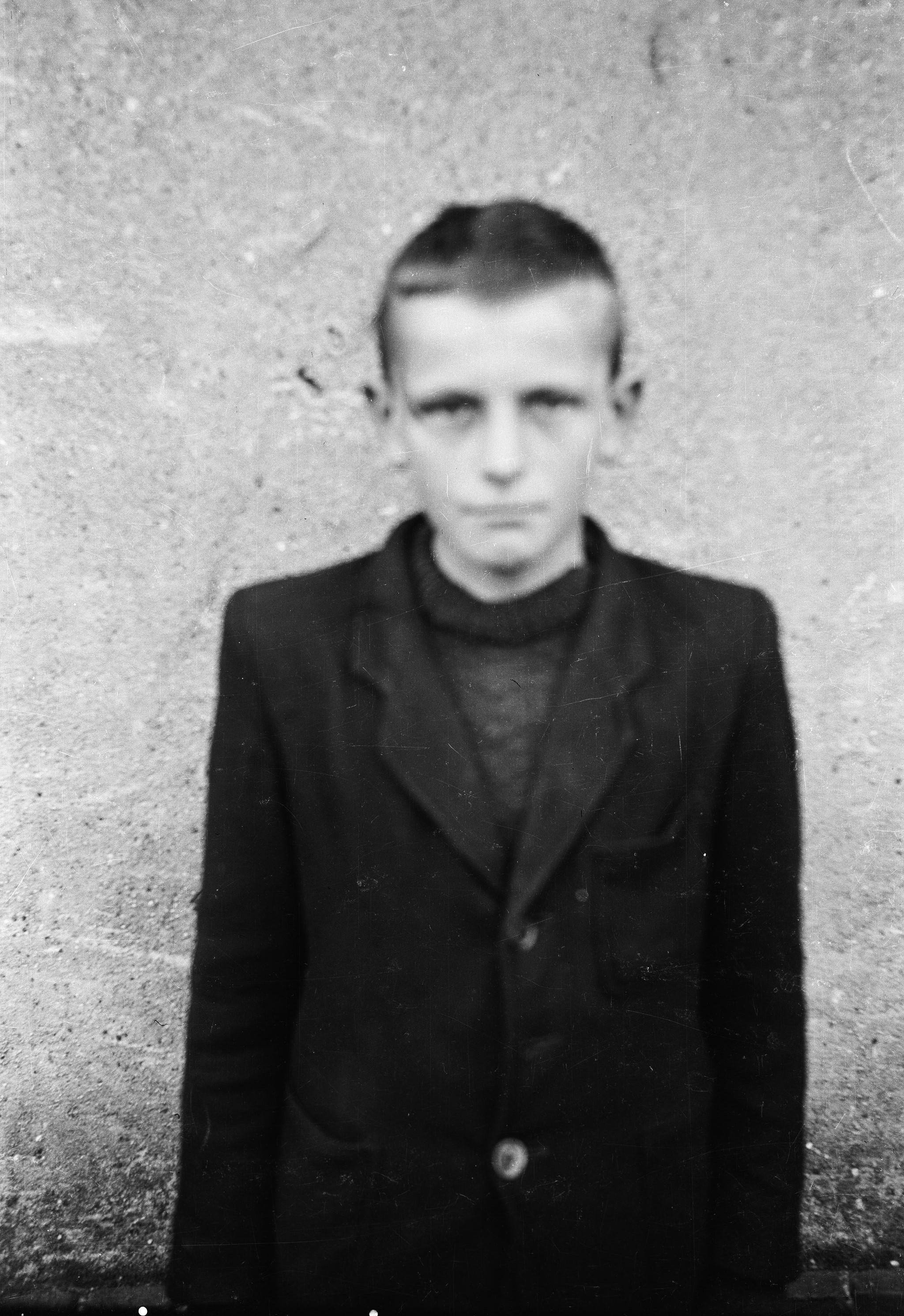 Chłopiec na tle ściany, Dolny Śląsk, 2. poł. XX w.