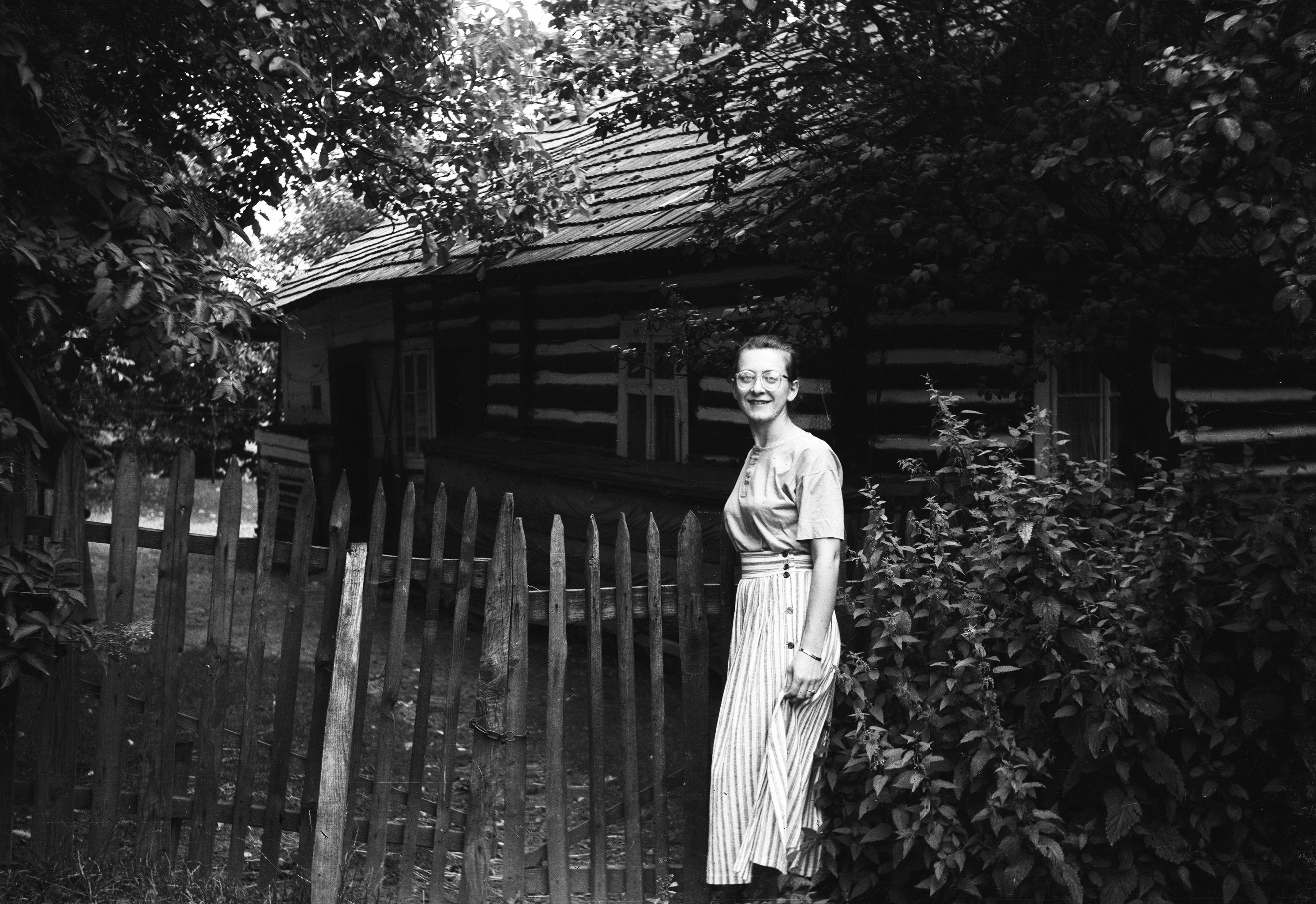 Uśmiechnięta dziewczyna w furtce, Dolny Śląsk, 2. poł. XX w.