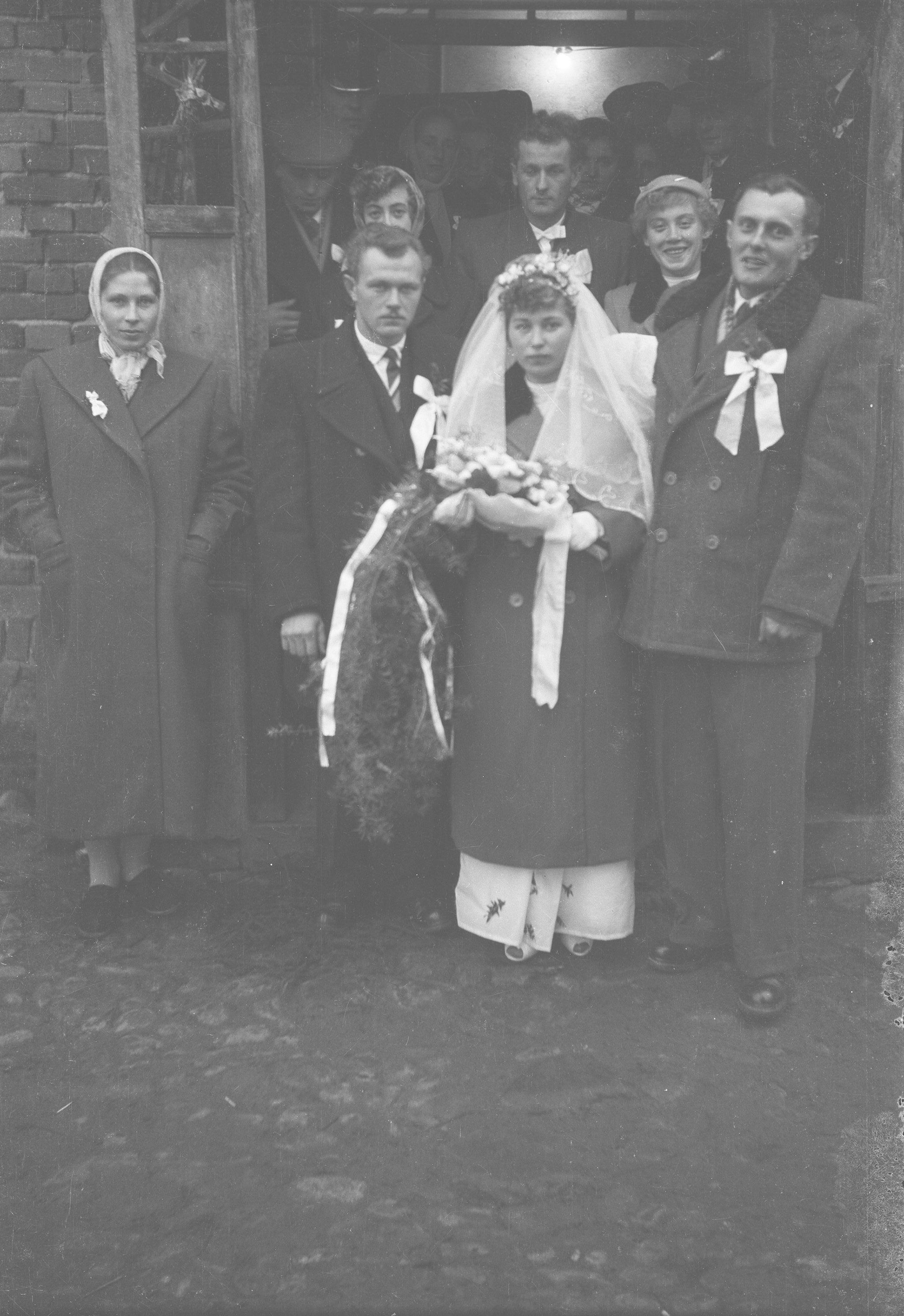 Para młoda przed domem, Węglewo, Dolny Śląsk, koniec  lat 50. XX w.