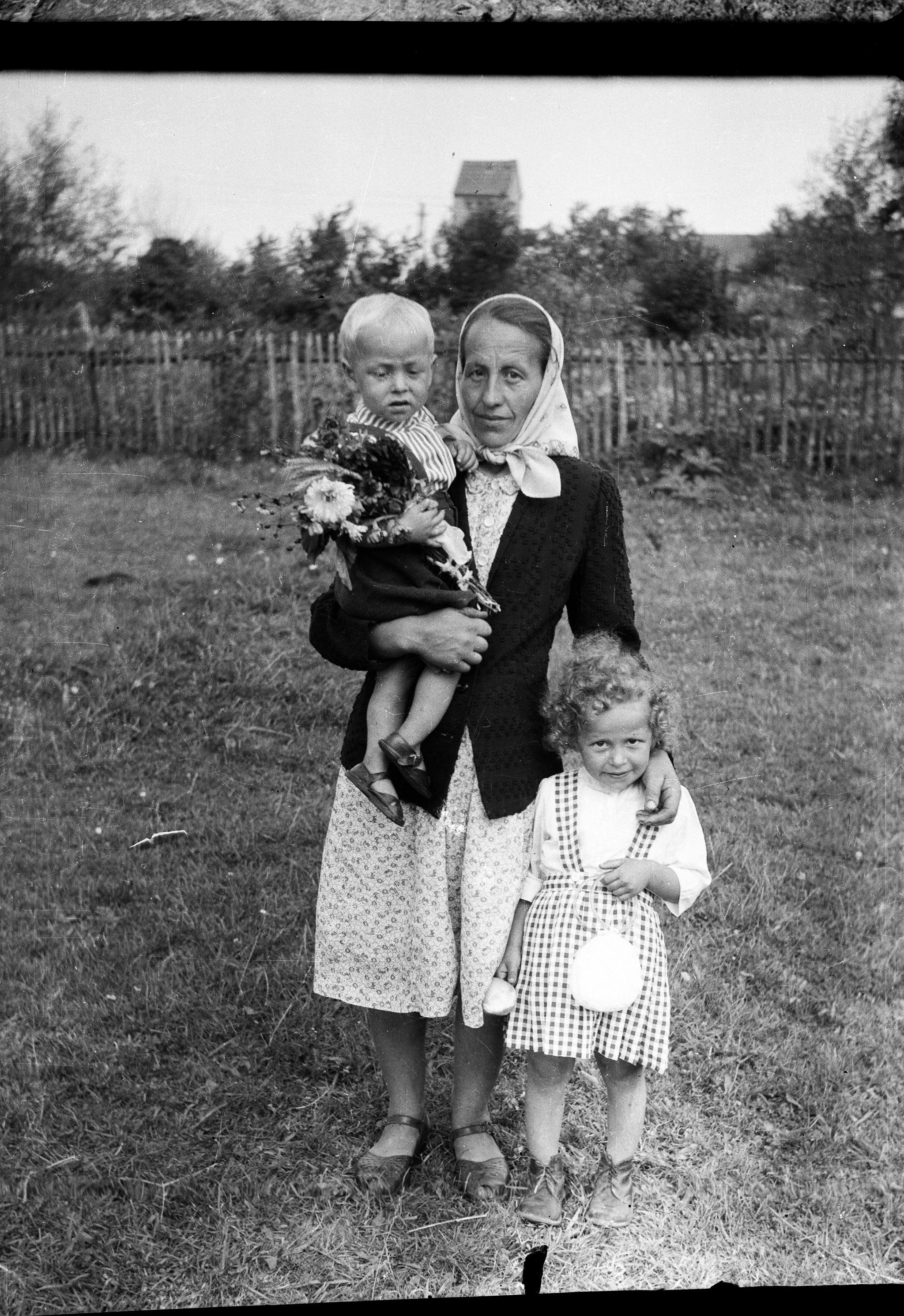 Maria Pietruszka z dziećmi - Kazikiem i Basią, Brzózka, Dolny Śląsk, lata 50. XX w.