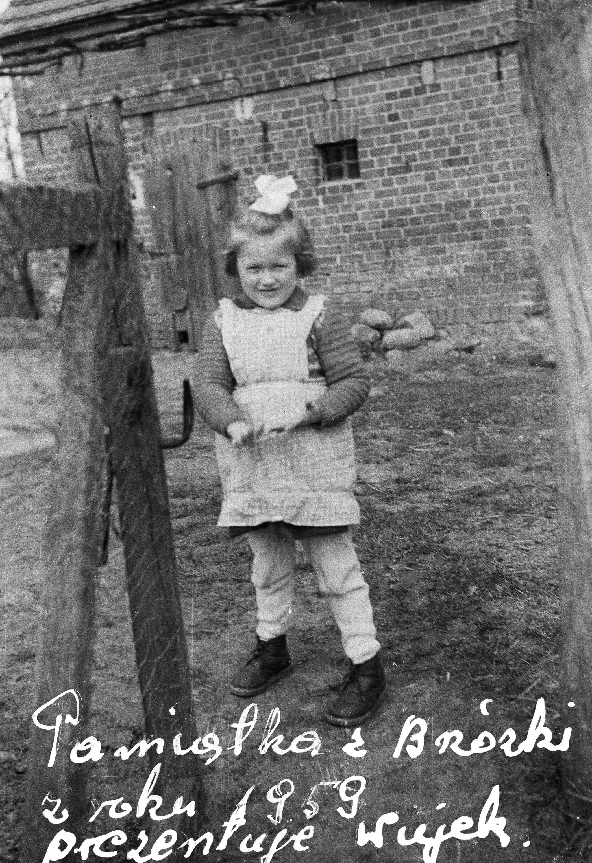 Dziewczynka na podwórku, Brzózka, Dolny Śląsk, 1959 r.