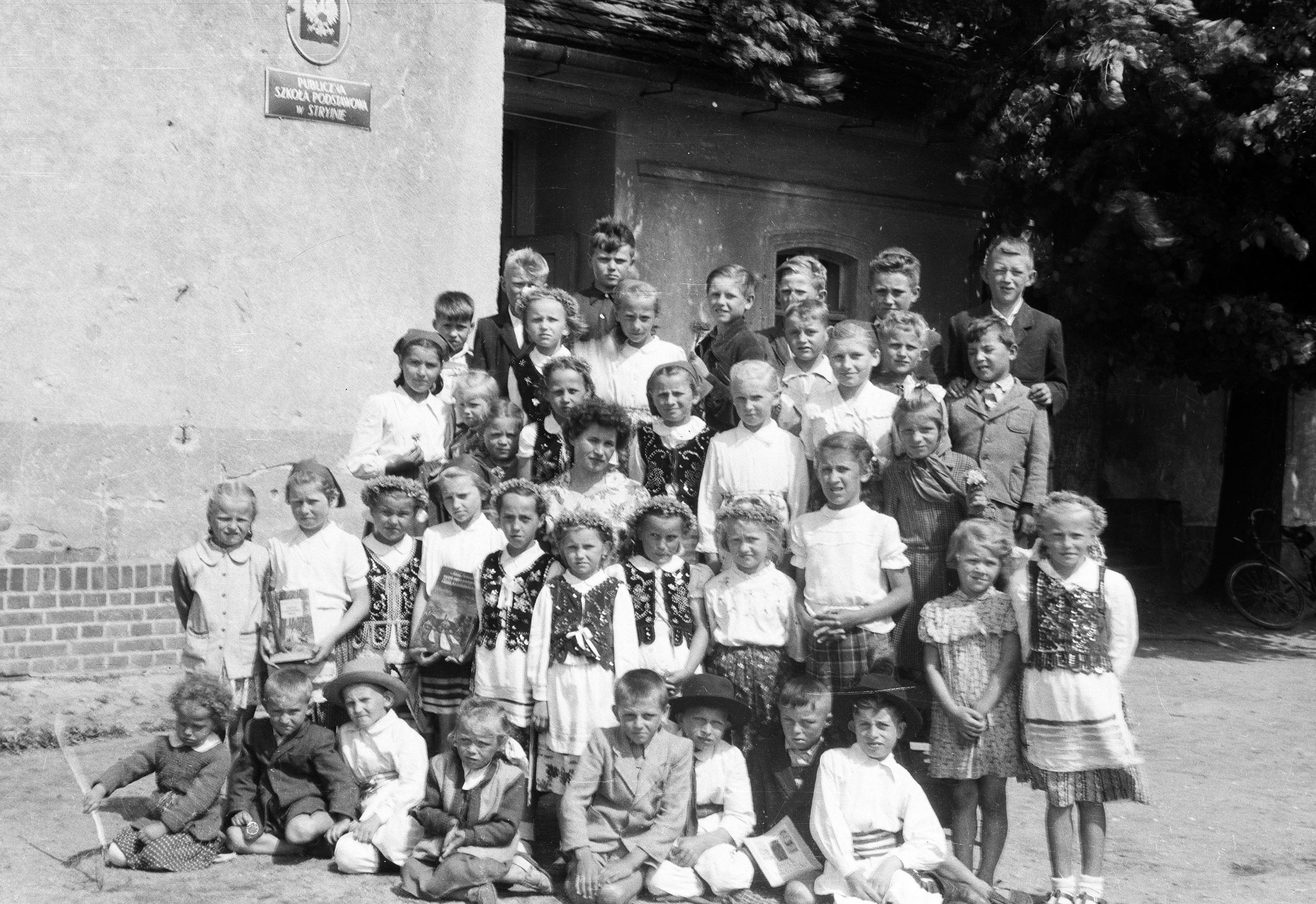 Zdjęcie grupowe ze szkoły w Stryjnie, Dolny Śląsk, lata 50. XX w.