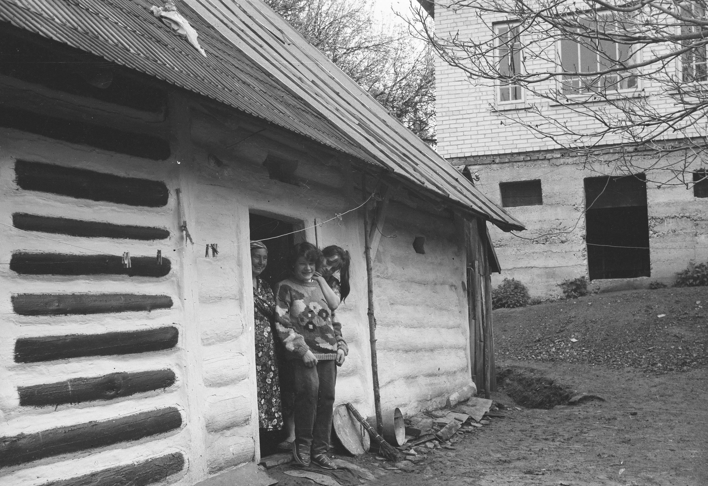 Zdjęcie kobiet w progu, 2. poł. XX w.