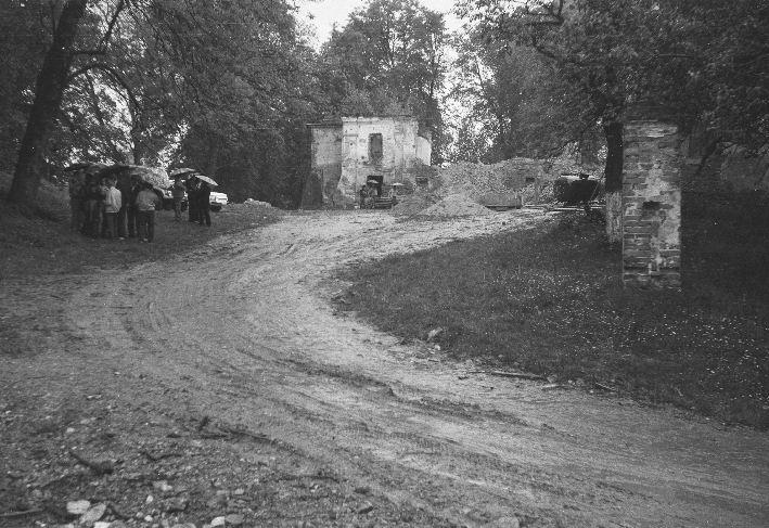 Widok na ruiny dawnego klasztoru, Sąsiadowice, lata 90. XX w.