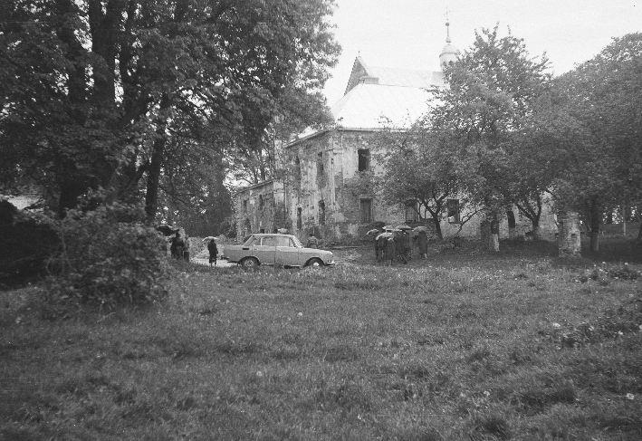 Widok na dawny klasztor i kościół, Sąsiadowice, lata 90. XX w.