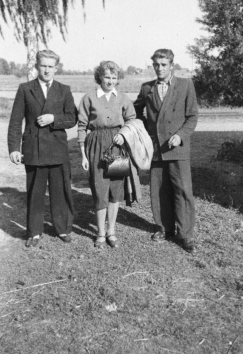 Zdjęcie pożegnalne przed odjazdem do Francji, od lewej: Józef Bienko, Janina Bienko, Michał Lewandowski, Brzózka, Dolny Śląsk, lata 50. XX w.