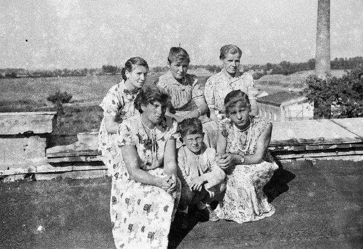 Na dachu pałacu, od lewej: Mańka, Kasia, Janka, Lida, Józek, Basia, Brzózka, Dolny Śląsk, lata 50. XX w.