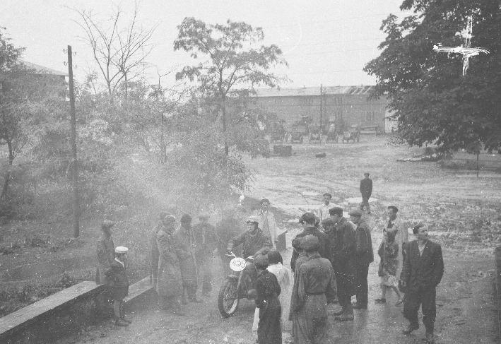 Rajd motocyklowy przez podwórze PGR, Brzózka, Dolny Śląsk, lata 50. XX w.