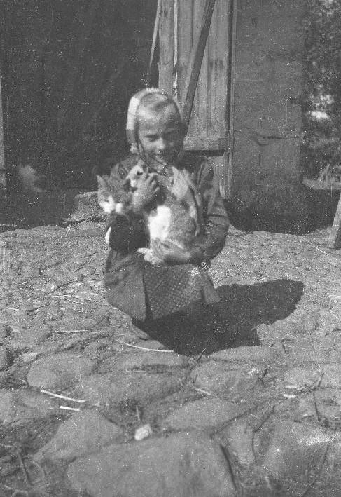 Jadzia Szwaj z kotem, Brzózka, Dolny Śląsk, lata 50. XX w.