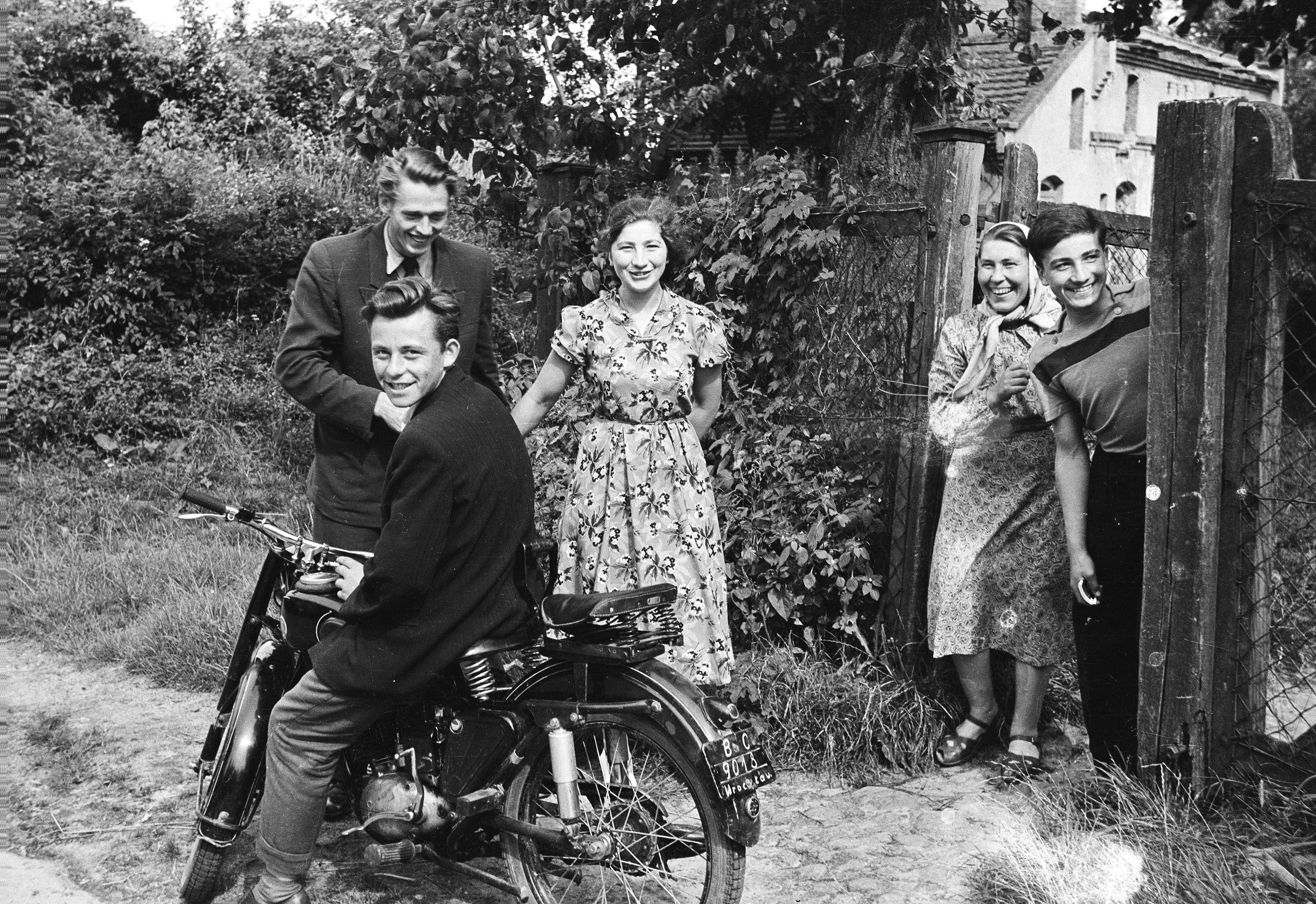 Wycieczka do Strupiny, od lewej na motorze Staszek Hrycaj (obecnie mieszka w Ameryce), Janek Rokicki, Basia Olszewska, Wiktoria Czyżowicz i Antek Olszewski, Strupina, Dolny Śląsk, lata 50. XX w.