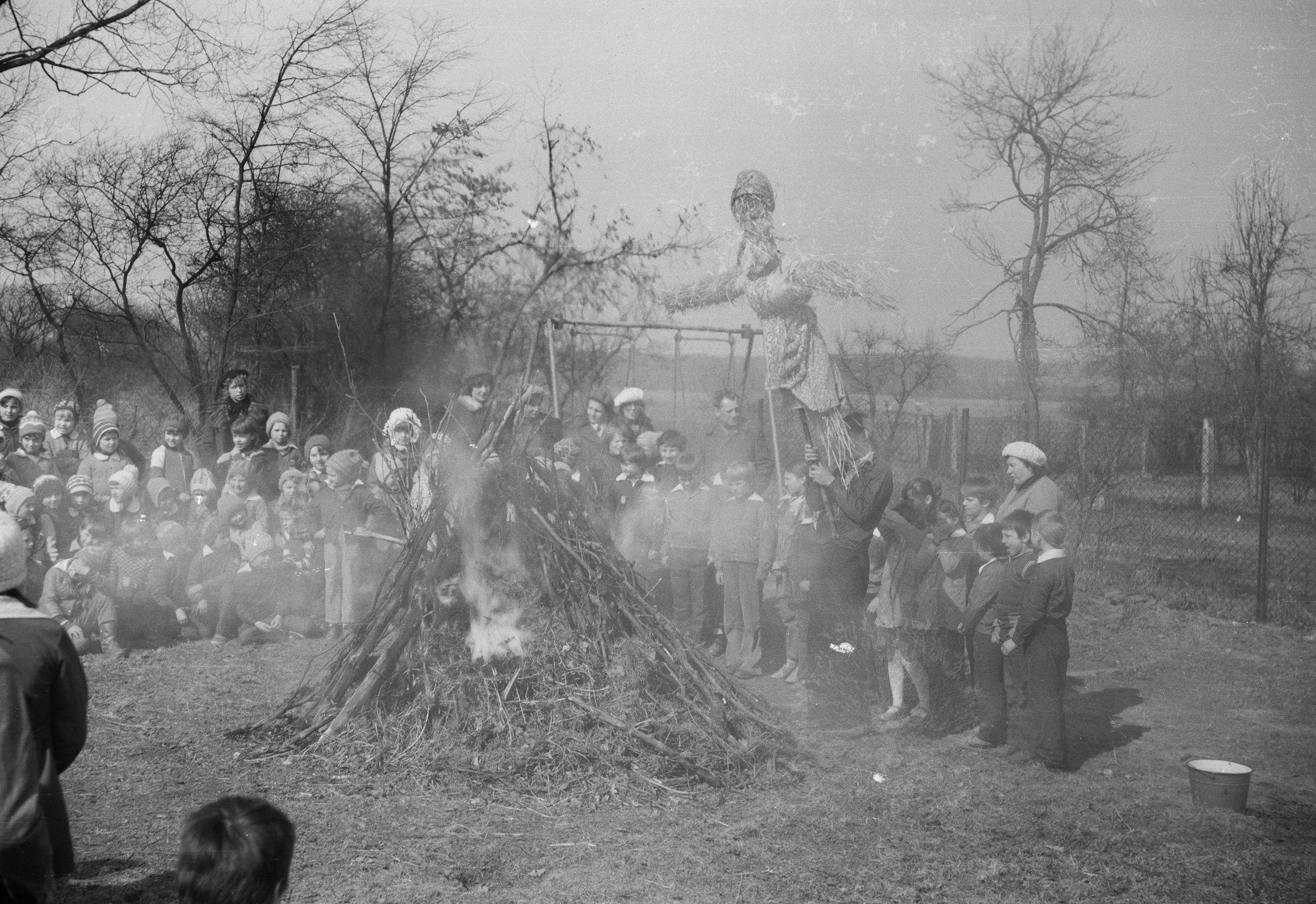 Szkoła w Rudawie - przywitanie wiosny, Rudawa, Dolny Śląsk, lata 80. XX w.