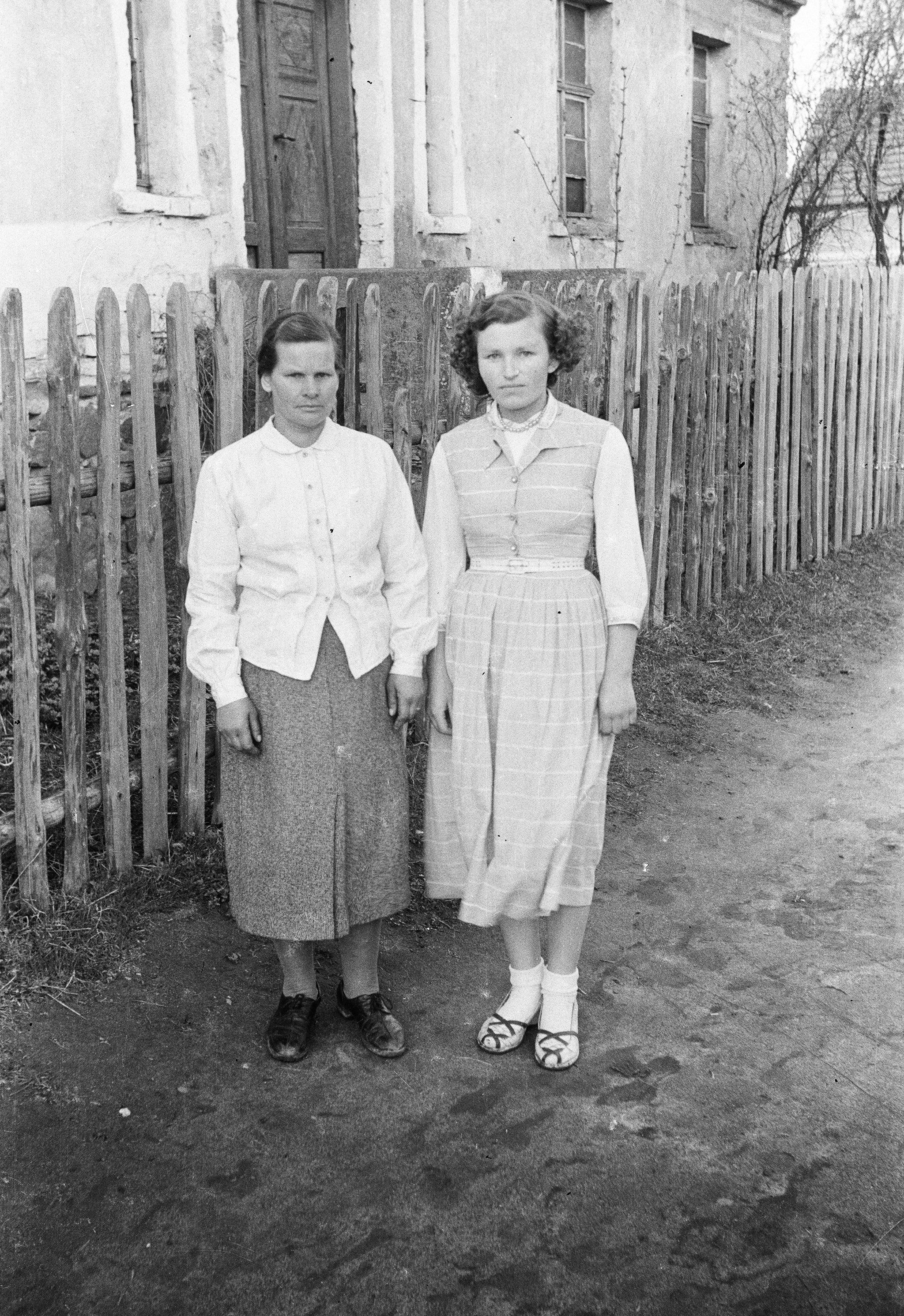 Państwo Dąbkowie, matka z córką, Rudawa, Dolny Śląsk, lata 50. XX w.
