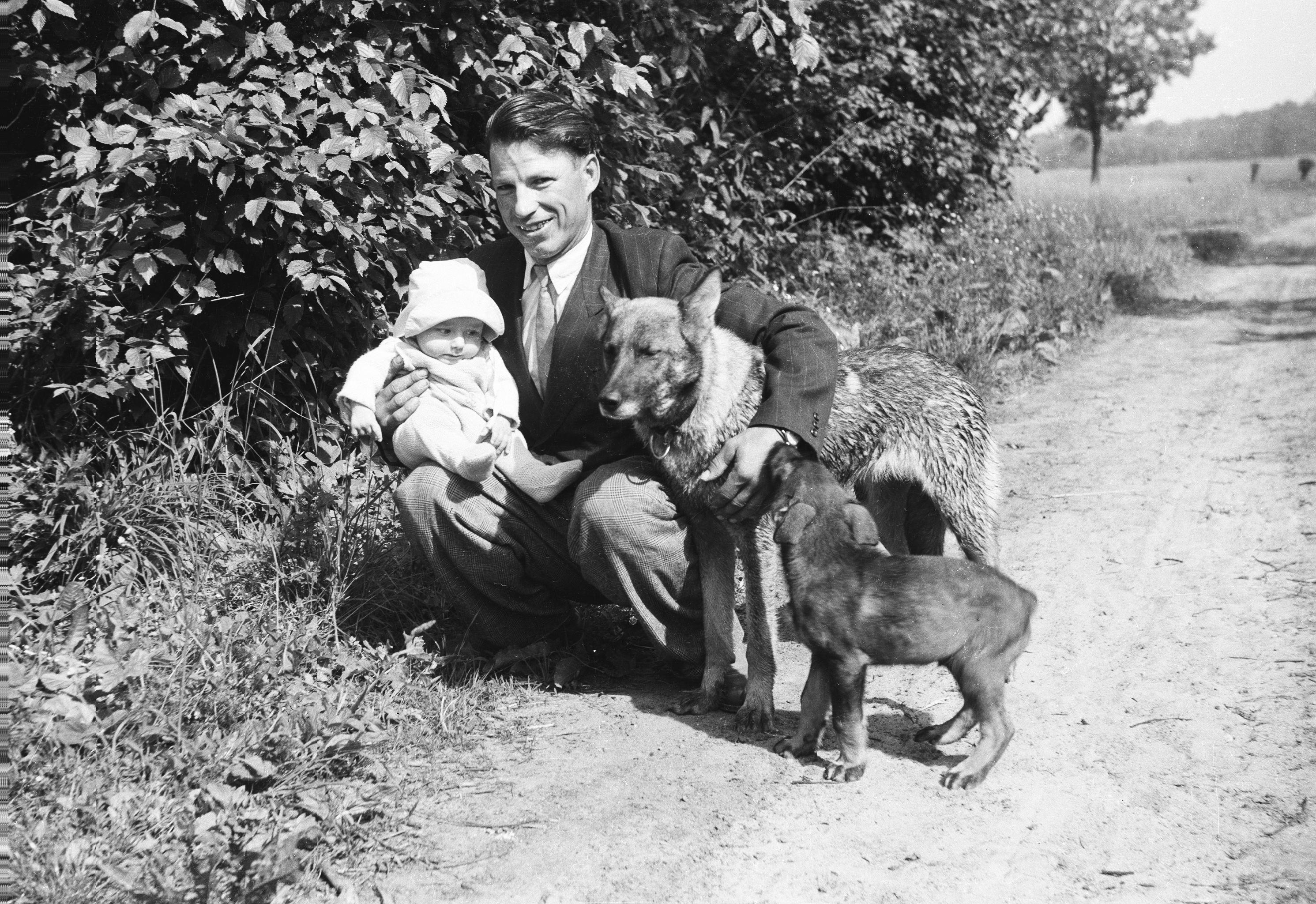 Pan Kieślinkowski z dzieckiem i psami, Głębowice, lata 50. XX w.