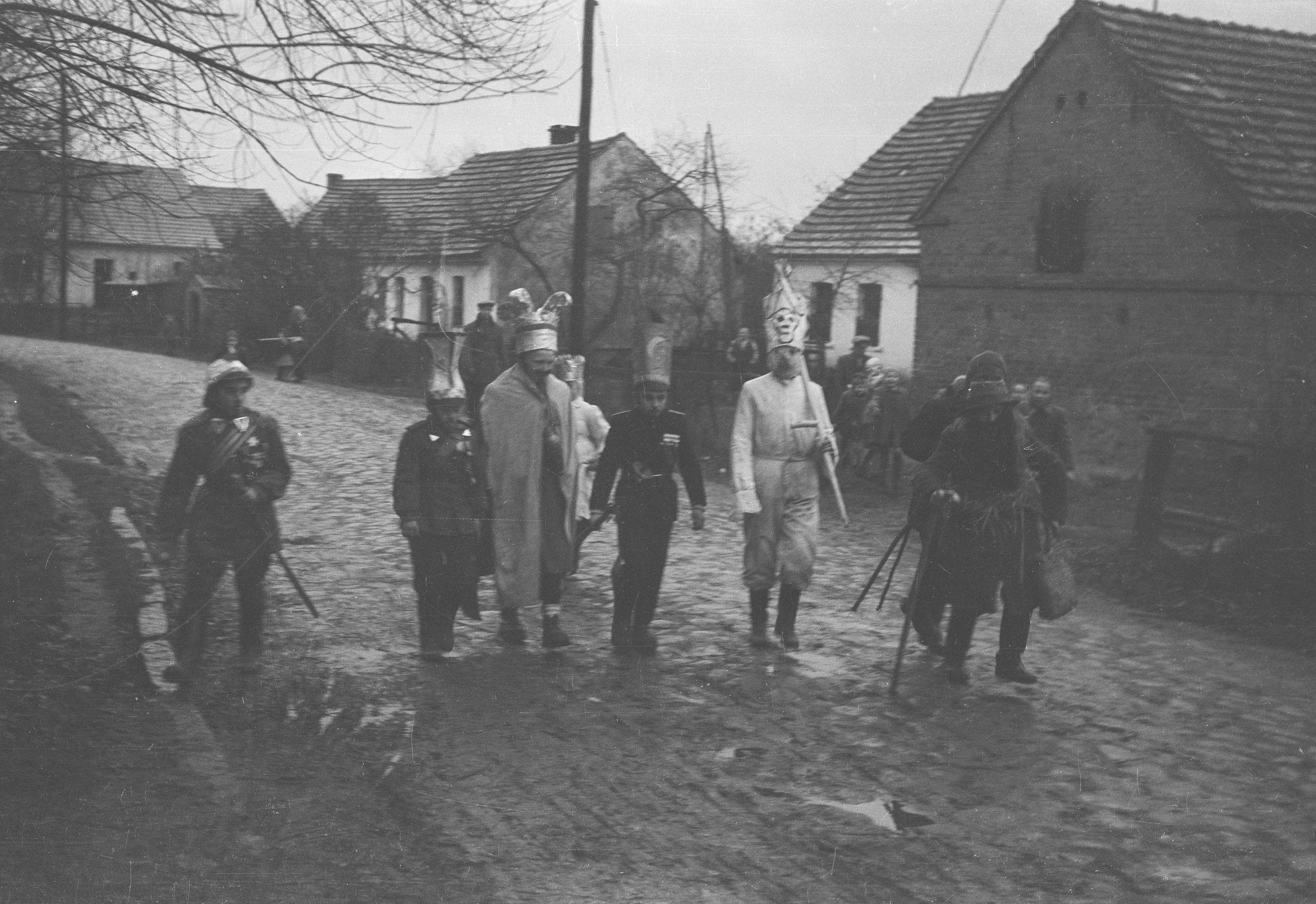 Grupa kolędnicza w drodze, Brzózka, Dolny Śląsk, koniec lat 50. XX w.