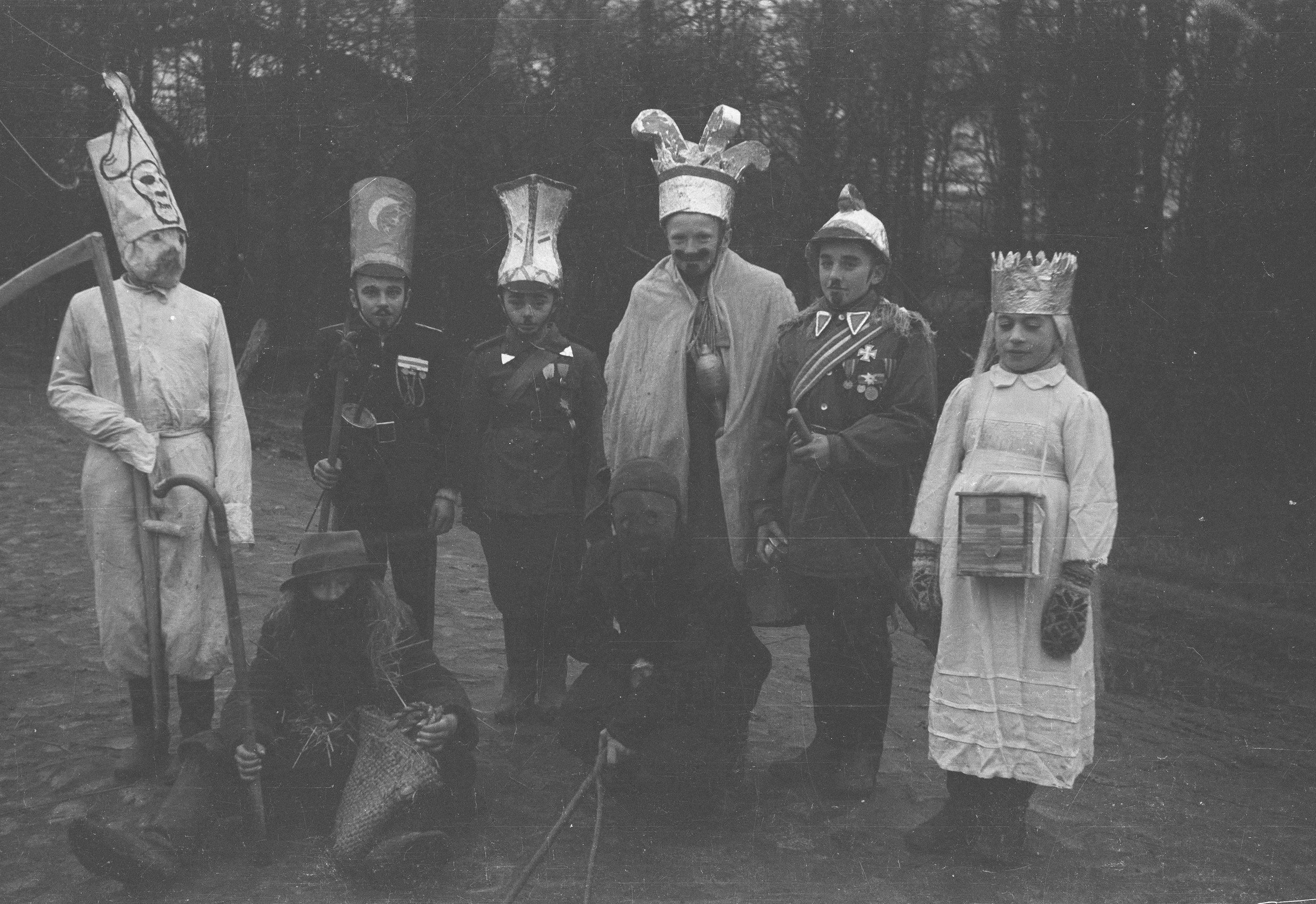Grupa kolędnicza, Brzózka, Dolny Śląsk, koniec lat 50. XX w.