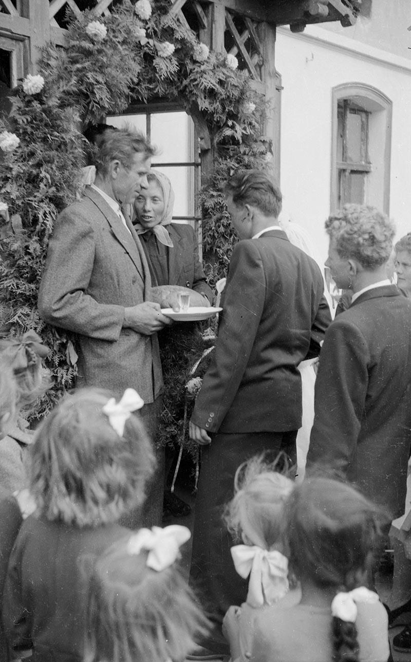 Rodzice witają młodą parę chlebem i solą, Dolny Śląsk, koniec lat 50. XX w.