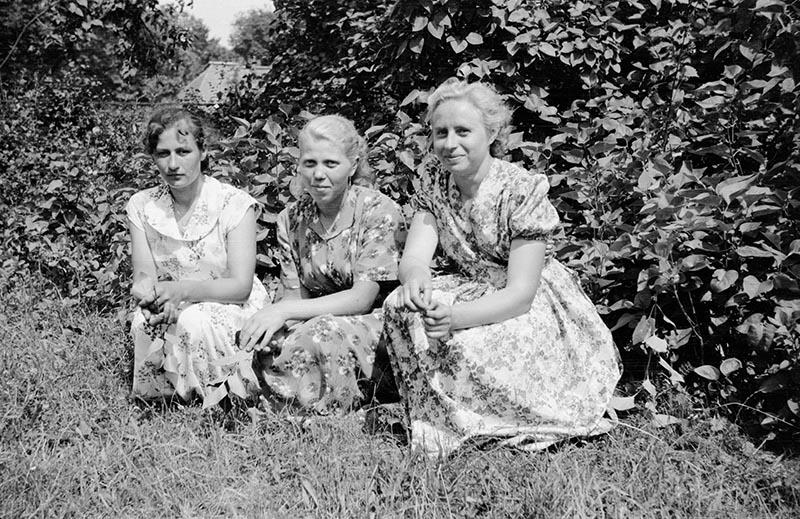 Trzy panie na tle krzaków, Dolny Śląsk, 2. poł. XX w.