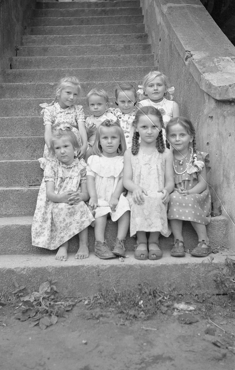 Dziewczęta na schodach, Brzózka, Dolny Śląsk, koniec lat 50. XX w.