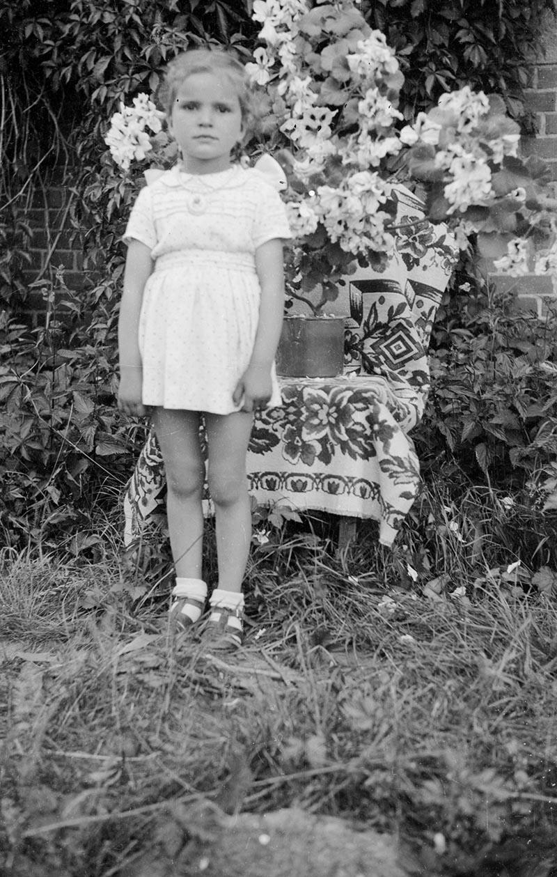 Dziewczynka przy kwiatach, Dolny Śląsk, 2. poł. XX w.