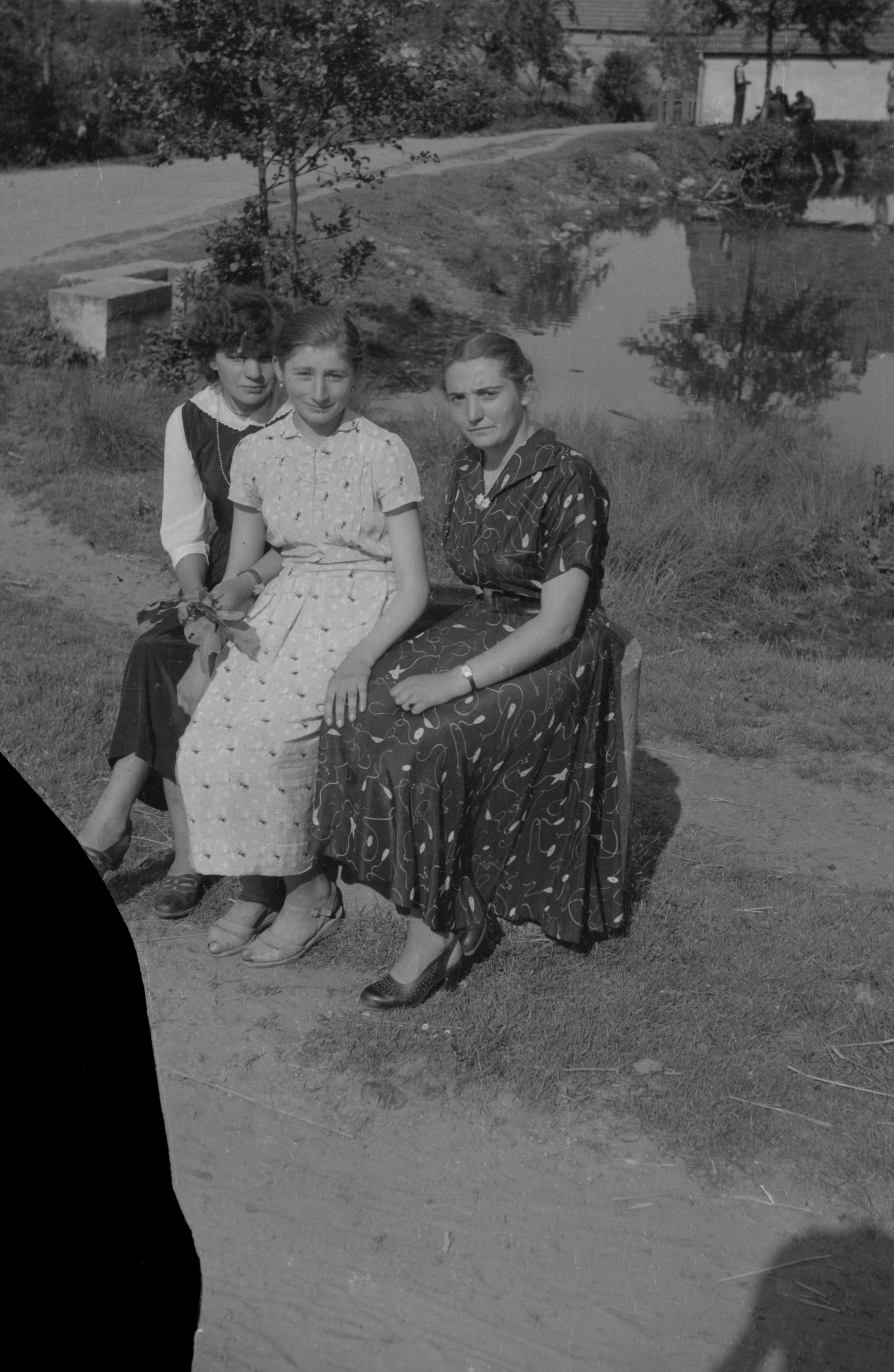 Trzy młode panie na ławce, Dolny Śląsk, 2. poł. XX w.