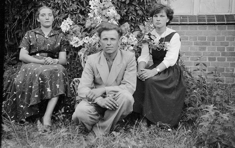 Zdjęcie towarzyskie przy kwiatach, Dolny Śląsk, 2. poł. XX w.