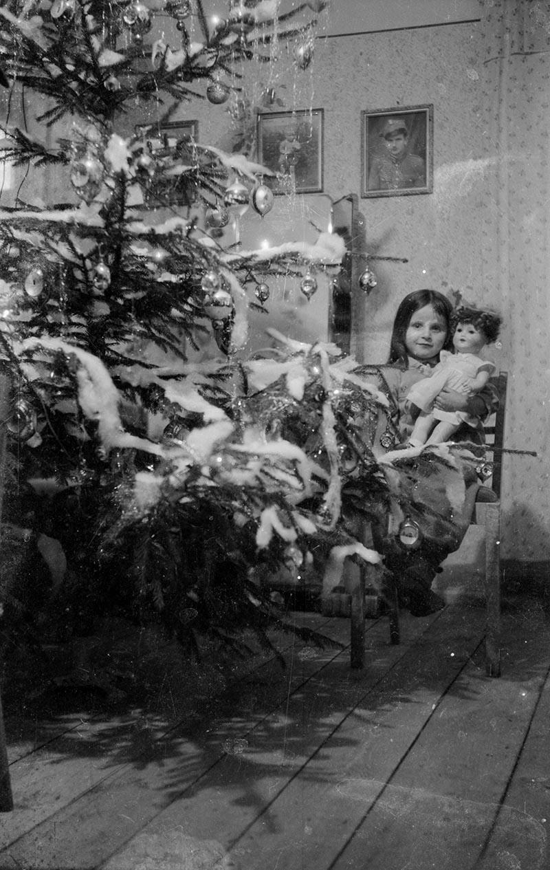 Córka magazyniera przy choince w pałacu w Brzózce, Dolny Śląsk, lata 50. XX w.