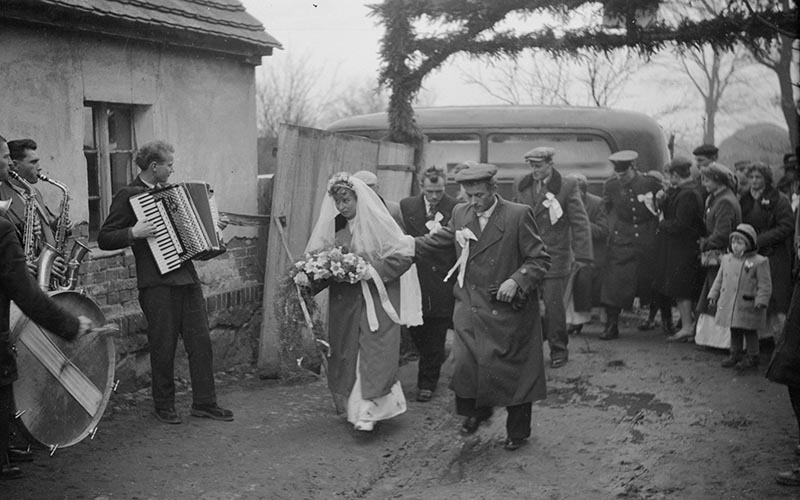 Powitanie młodej pary, Węglewo, Dolny Śląsk, koniec lat 50. XX w.