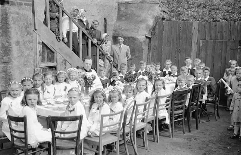 Śniadanie na plebanii  z księdzem Władysławem Zaforymskim, po uroczystości Pierwszej Komunii Świętej Głębowice, koniec lat 50. XX w.