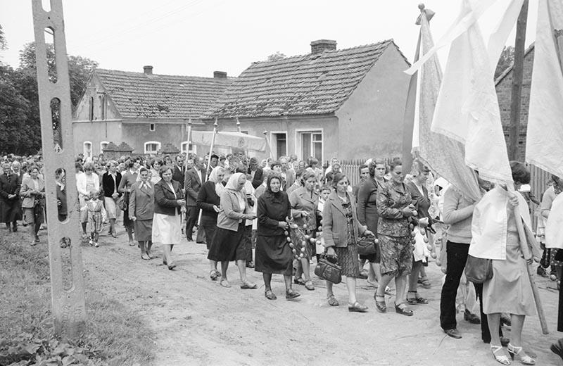 Procesja podczas obchodów uroczystości Bożego Ciała, Głębowice, Dolny Śląsk, lata 80. XX w.
