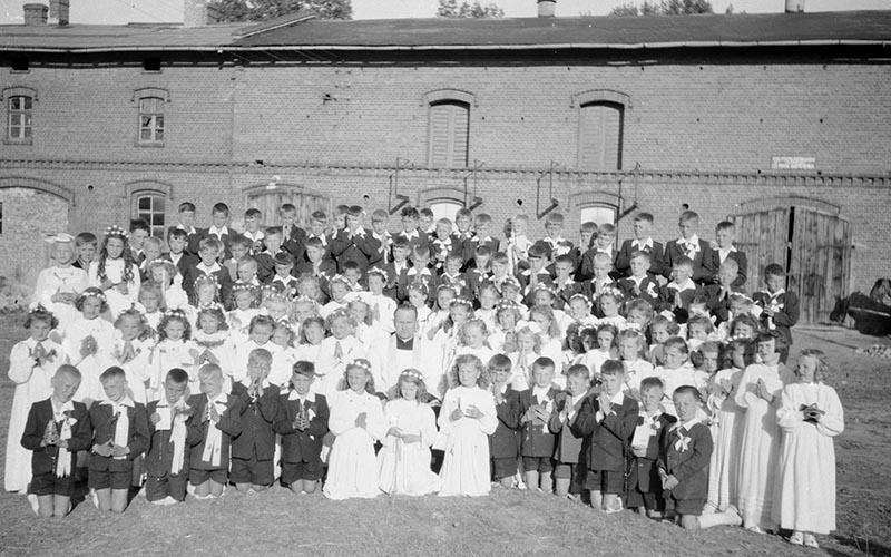 Zdjęcie grupowe z Pierwszej Komunii Świętej, Strupina, lata 50. XX w.