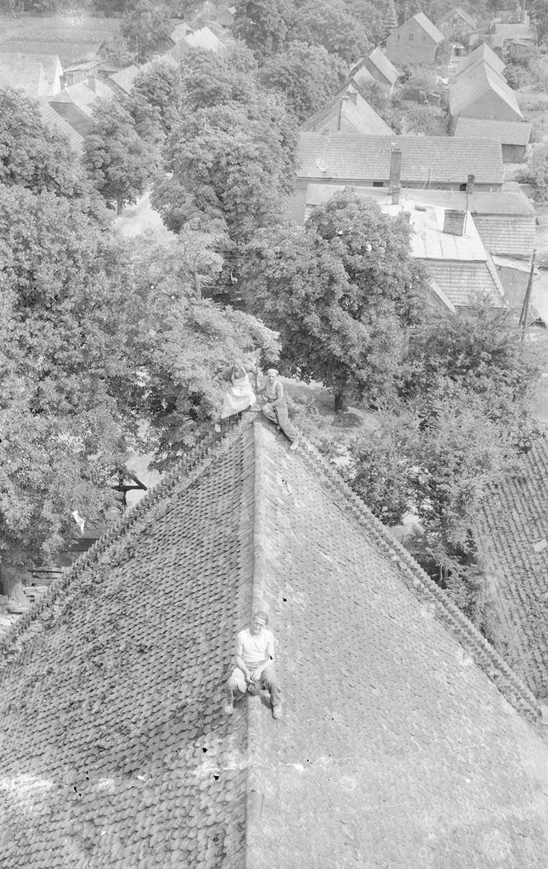 Naprawa dachu kościoła, Głębowice, Dolny Śląsk, 1957 r.