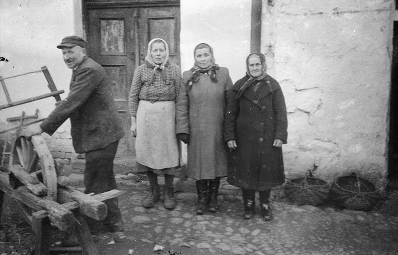 U Czyżanowiczów, od lewej: Władysław i Rozalia Czyżowicze, Jadwiga Olszewska, Katarzyna Pihul, Brzózka lata 50. XX w.