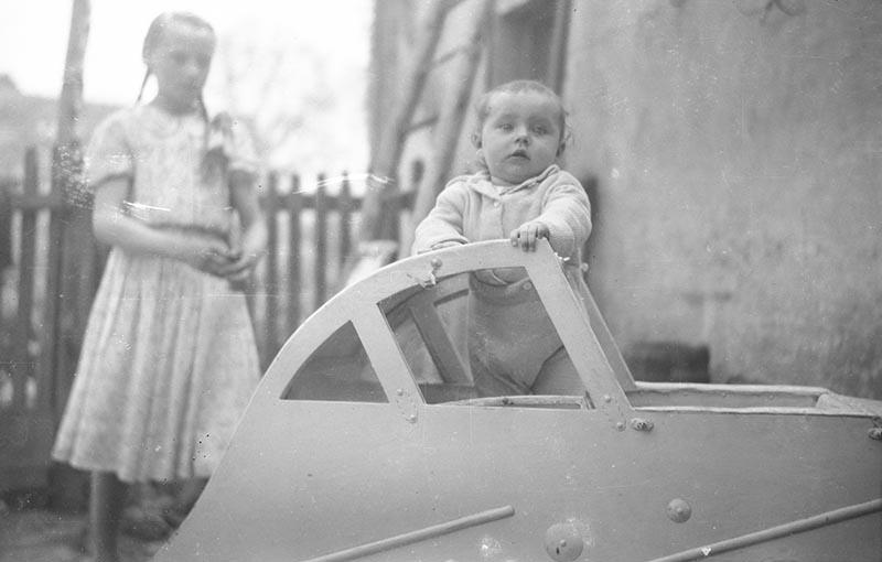 Dziecko wyglądające z wózka, Brzózka, Dolny Śląsk, lata 50. XX w.