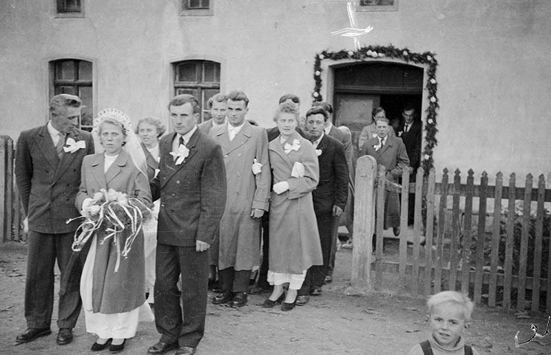 Młoda para (Maria Śmigiero i Bronisław Janczak) wyjście z domu, Głębowice, Dolny Śląsk, koniec lat 50. XX w.