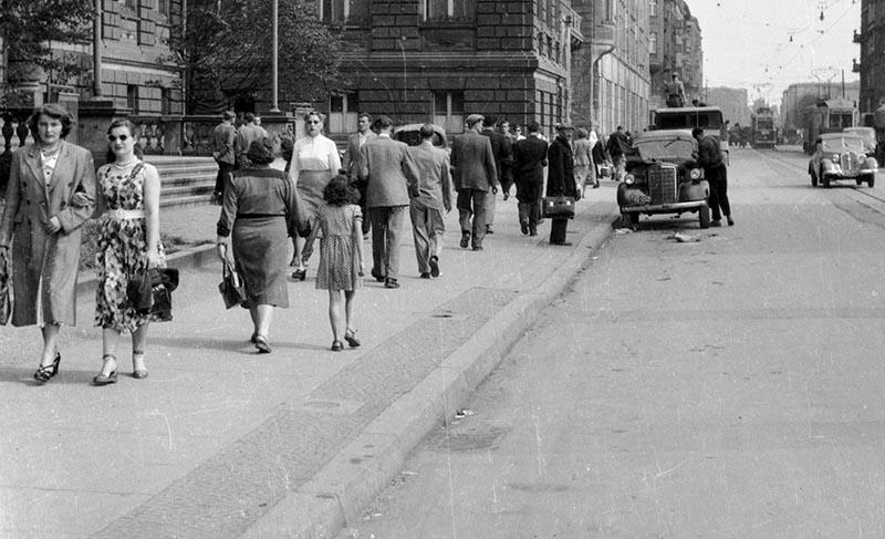 Ulica Świerczewskiego obecnie Piłsudskiego (po lewej stronie wejście do NOT-u) Wrocław, Dolny Śląsk, koniec lat 50. XX w.