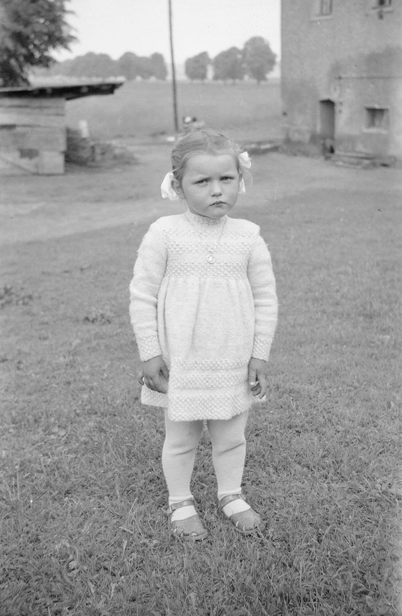 Dziewczynka w białej sukience, Dolny Śląsk, 2. poł. XX w.