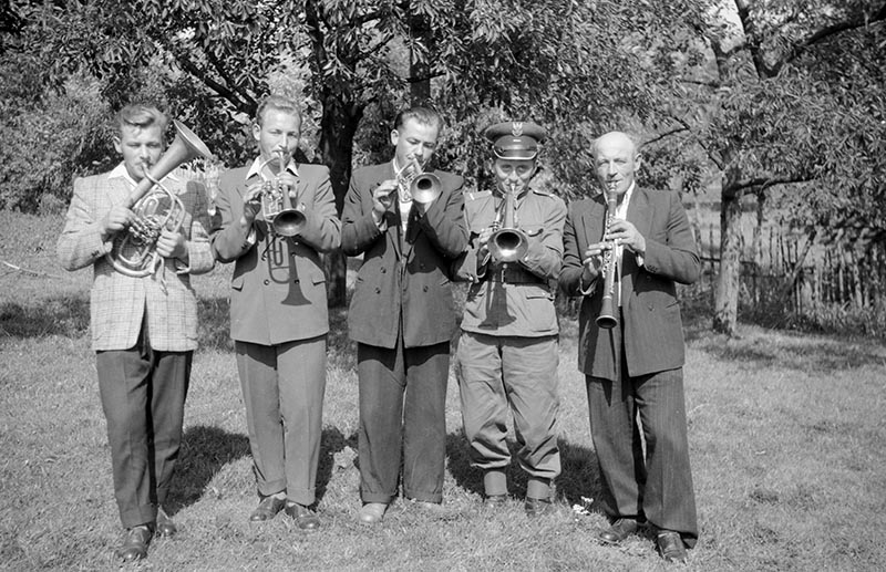 Orkiestra z Rudawy od lewej: Zdzisław Danek, Tadeusz Danek, Franciszek Koń, Władysław Dąbtowski oraz Wojciech Danek, Dolny Śląsk, lata 50. XX w.