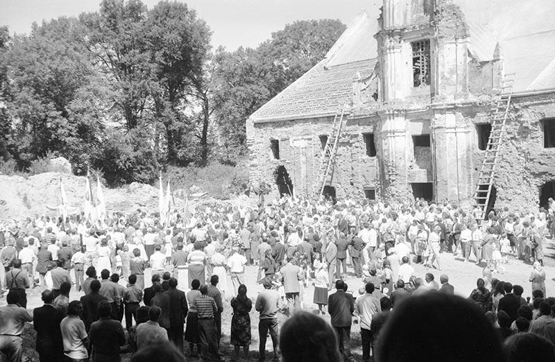 Odwiedziny dawnych mieszkańców i ich potomków w Sąsiadowicach, lata 90. XX w.