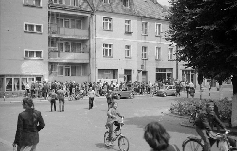 Kolejka po papierosy, Wołów, Dolny Śląsk, lata 80. XX w.
