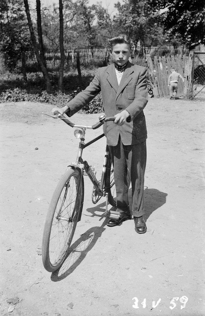 Chłopak z rowerem, Dolny Śląsk, 2. poł. XX w.