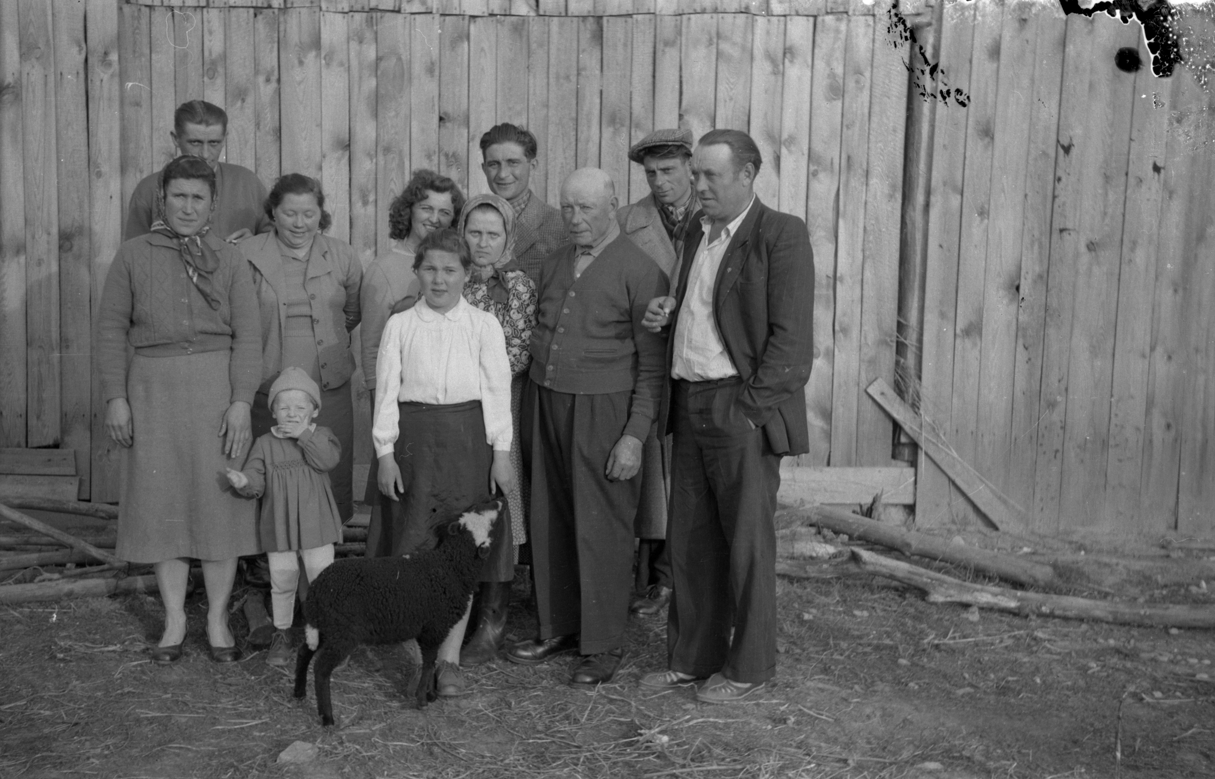 Rodzina Kubajów. Spotkanie członków rodziny z Syberii, Francji i Polski, Brzózka, Dolny Śląsk, lata 50. XX w.