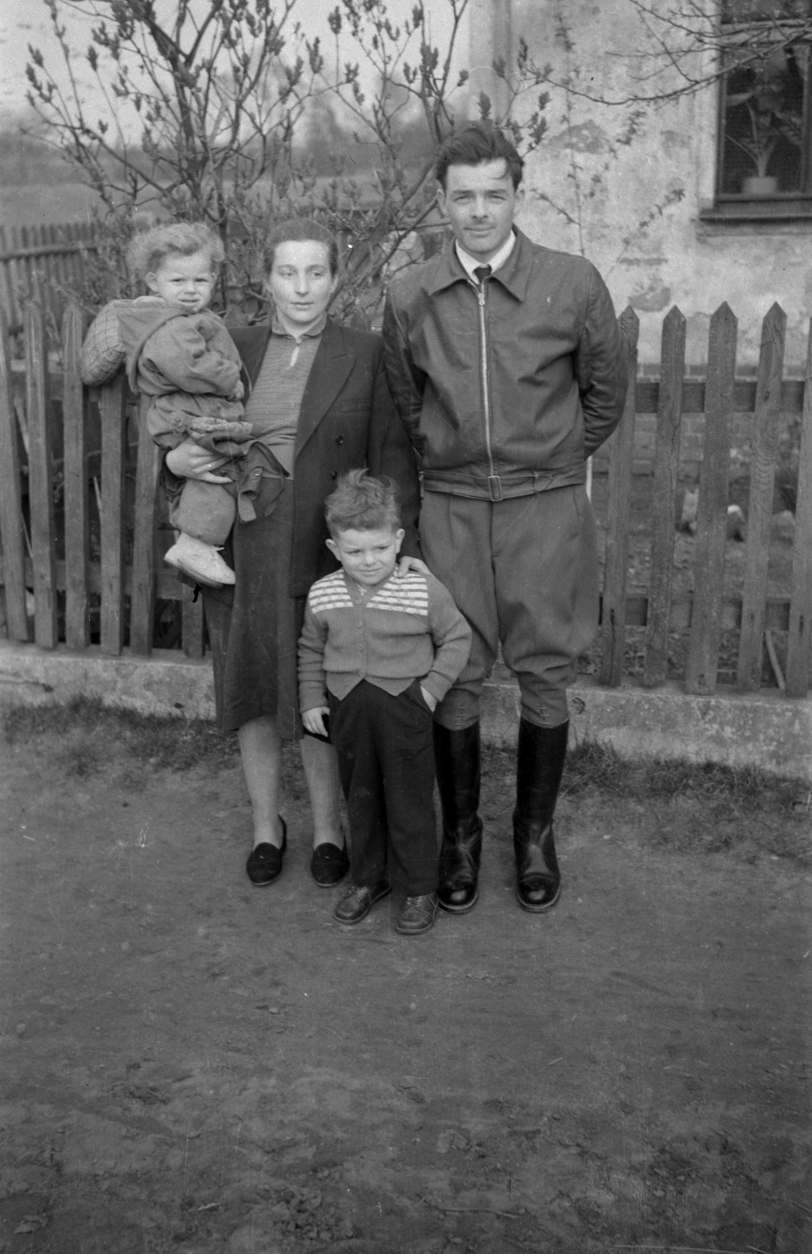 Zdjęcie rodziny Pawluków, Trzcinica Wołowska, Dolny Śląsk, lata 50. XX w.