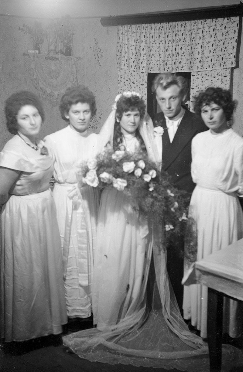 Państwo młodzi z gośćmi, Rudawa, Dolny Śląsk, lata 50. XX w.