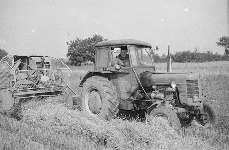 Praca w polu na traktorze, Brzózka, Dolny Śląsk, 2. poł. XX w.