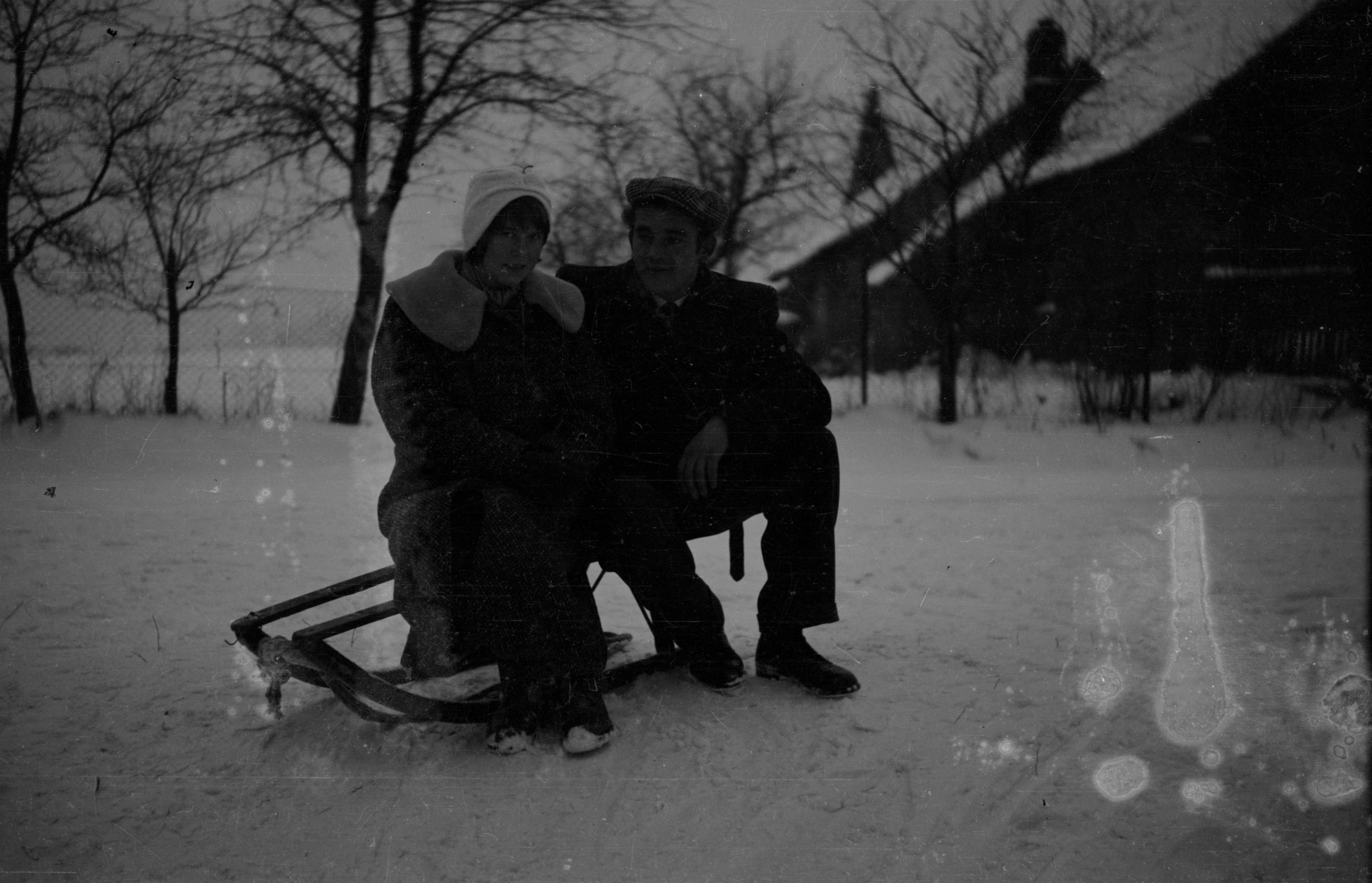 Zdjęcie na sankach, Dolny Śląsk, lata 50. XX w.