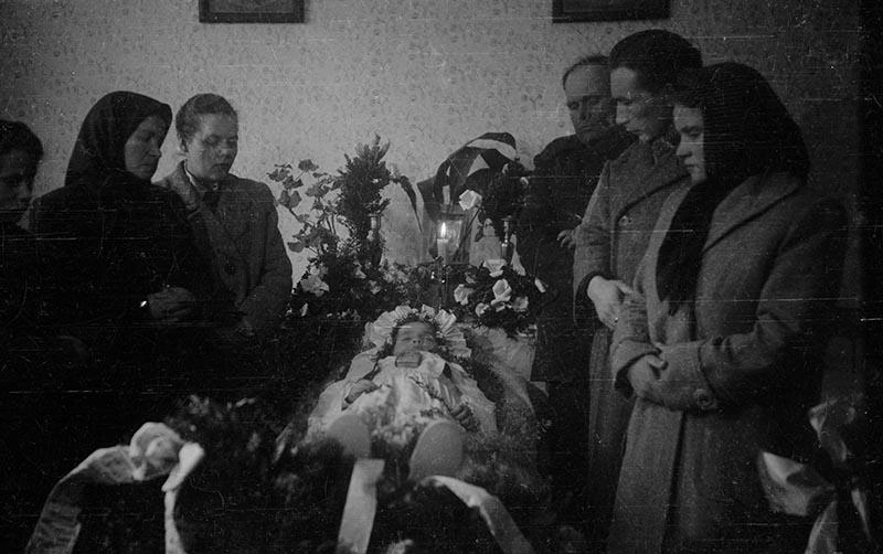 Rodzina przy zmarłej dziewczynce, Białawy Małe, Dolny Śląsk, koniec lat 50. XX w.
